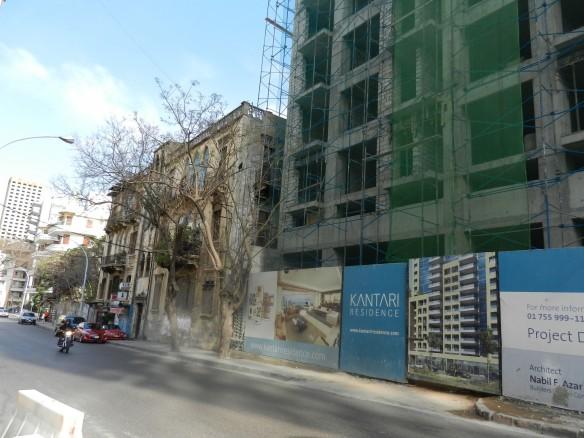 Beyrouth, rue Clemenceau: gratte-ciel résidentiel de luxe en construction à côté d'un ancien immeuble désaffecté. Quand les derniers occupants du rez-de-chaussée seront morts ou partis ailleurs, le bâtiment du XIX siècle, désormais vide et délabré, pourra être racheté pour un prix insignifiant, être détruit et laisser sa place à un nouveau gratte-ciel. (Cliché JSB)